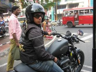 Harley rider in India zrtn_001n347ea034_tn